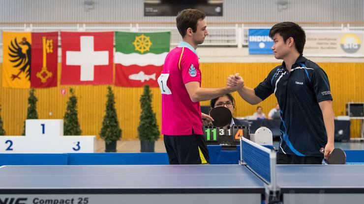 Weber und Osiro mit dem Handschlag nach dem Spiel.