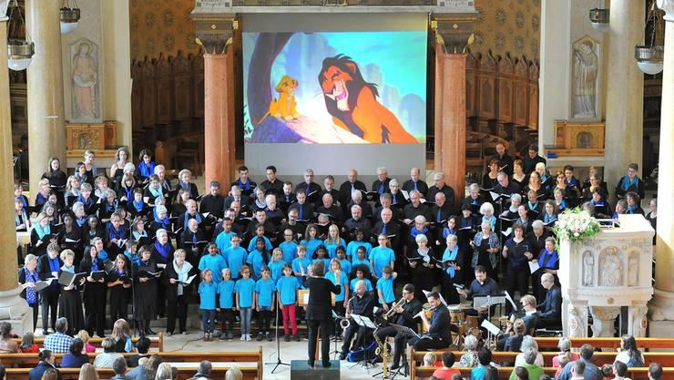 Die beiden Oltner Kirchenchöre, die Kirchenchöre Trimbach und Hauenstein singen vereint mit dem Jugendchor Olten in der römisch-katholischen St. Martinskirche. Remo Fröhlicher