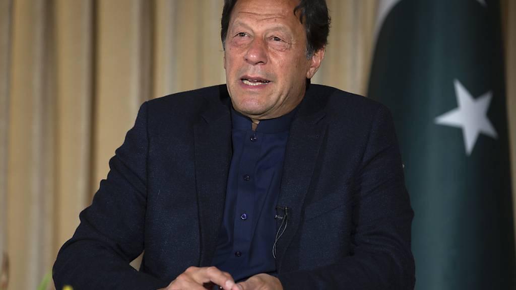 ARCHIV - Imran Khan, Premierminister von Pakistan, spricht mit der Presse. Der pakistanische Premierminister Khan ist positiv auf das Coronavirus getestet worden. Foto: B.K. Bangash/AP/dpa