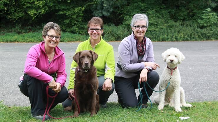 Von links: Daniela Frick mit Labrador-Retriever-Hündin Kimba, Hundeschulleiterin Franziska Rohr und Anita Scholl mit ihrem weissen Lagotto Elio.