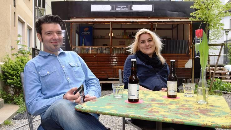 Betriebsleiter Stephan Filati und Barleiterin Gina Sträuli machen es sich bequem im Innenhof. Die Open-Air-Bar befindet sich in einem früheren Zirkuswagen.