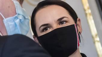 Swetlana Tichanowskaja, Oppositionsführerin aus Belarus, trägt einen Mund-Nasen-Schutz während ihres Empfangs durch Caputova, Präsidentin der Slowakei. Foto: Martin Baumann/TASR/dpa
