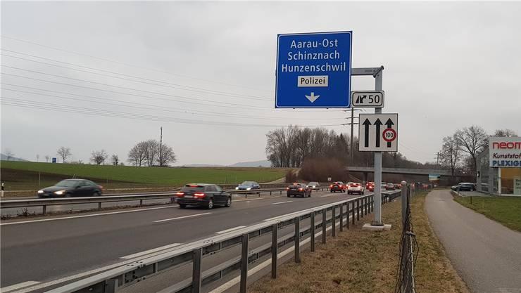 Da die A1 überlastet ist, wurden punktuell schon Pannenstreifen zur zusätzlichen Spur umfunktioniert, wie hier vor der Ausfahrt Aarau-Ost. (Archivbild)