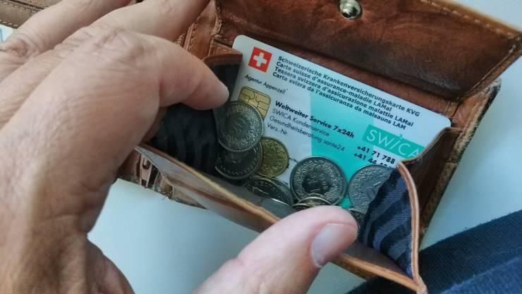 Wegen der Coronapandemie steigen zwar nicht die Gesundheitskosten. Im Portemonnaie bleibt aber weniger für Krankenkassenprämien. (Symbolbild)