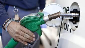 Liegt der faire Benzinpreis bei 12 Franken pro Liter? Elektrofahrzeuge sollen gefördert werden, sagt ein ETH-Professor (Symbolbild)