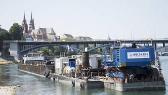 Mit schwerem schwimmendem Gerät wird in den nächsten Monaten in Basel die Schifffahrtsrinne im Rhein vertieft. (Bild: KEYSTONE/Georgios Kefalas)