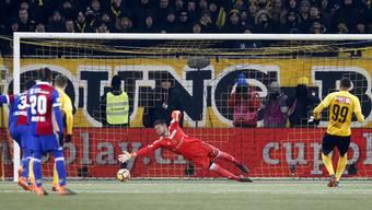 Der Anfang vom Basler Ende und vom Berner Marsch in den Cup-Final: Guillaume Hoarau verwandelt den Penalty gegen FCB-Goalie Tomas Vaclik zum 1:0.