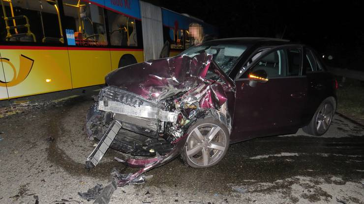 Die 25-jährige Lenkerin geriet in einer Kurve auf die Gegenfahrbahn, wo es zur Frontalkollision kam.