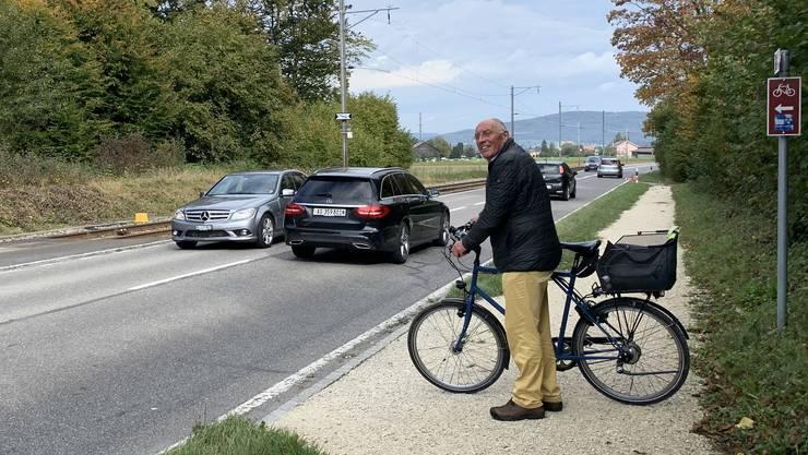 Pro Velo Lenzburg-Mitglied Werner Christen beim Hotspot zwischen Lenzburg und Seon, wo der Radweg Kantonsstrasse und Bahngeleise quert.