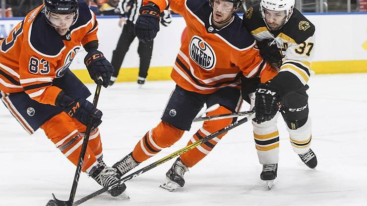 Ausgebremst: Edmontons Gaëtan Haas (mitte) kann sich nicht durchsetzen. (Archivbild)