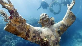 """In der Nähe der Florida Key an der Südspitze des US-Bundesstaats steht seit 1965 die Jesus-Statue """"Christ of the Abyss"""" in knapp acht Metern Tiefe im Meer. (Archivbild)"""
