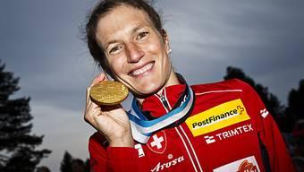 Simone Niggli posiert mit einer Goldmedaille der WM 2013.