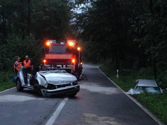 Die Feuerwehr musste die Frau aus ihrem Auto schneiden.