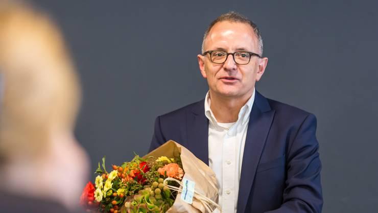 Blumen für den Sieger: Hanspeter Hilfiker ist neuer Stadtpräsident von Aarau.