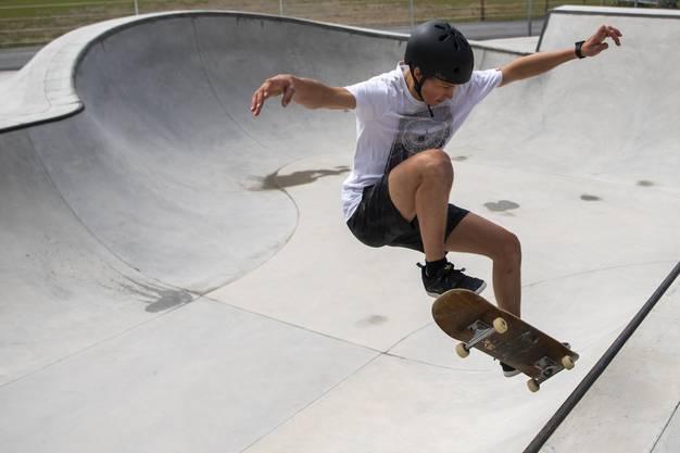 Freestyle-Training der Snowboarder: Das kann gut auch mal mit Skateboard sein.