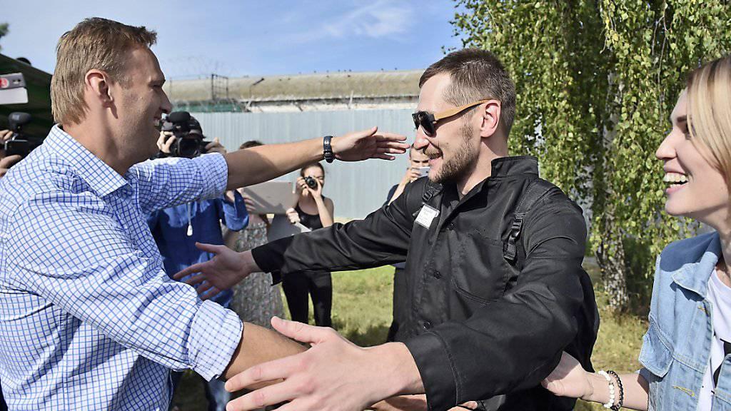Der russische Oppositionsführer Alexej Nawalny (l.) begrüsst seinen Bruder Oleg nach dessen Freilassung aus einem Straflager.