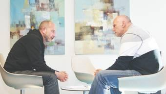 François Wartenweiler (links, mit Sportchef Ruedi Haas bei der Vertragsunterzeichnung) mag es nicht, wenn sich der Einzelne über das Kollektiv stellt.