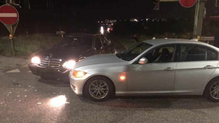 Dabei übersah er einen von links kommenden Wagen und die Fahrzeuge kollidierten frontal/seitlich. Verletzt wurde niemand.
