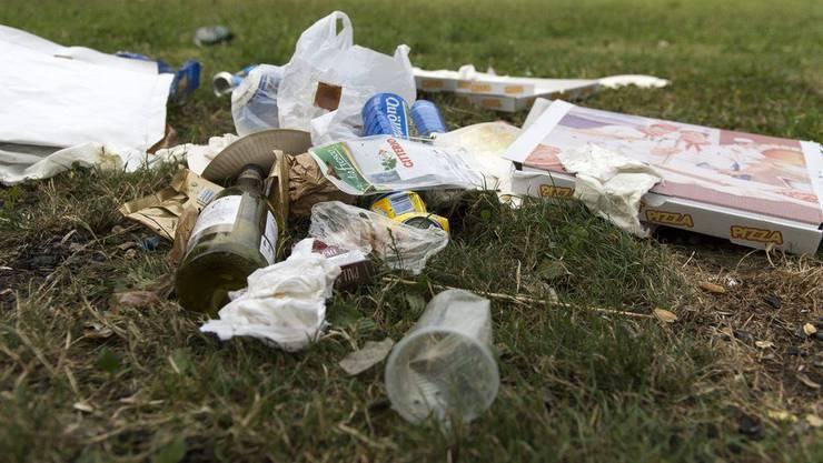 Abfall liegen lassen oder wegwerfen, das wird jetzt richtig teuer. Doch wie teuer? Beträgt die Busse 100 oder 300 Franken?