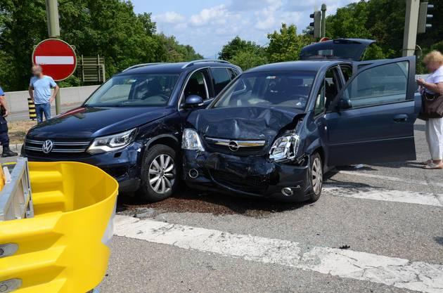 Muttenz BL, 13. Juli: In einer Kollision zweier Autos in Muttenz sind drei Personen leicht verletzt worden. Ein 63-jähriger Lenker hatte offenbar ein Rotlicht übersehen.