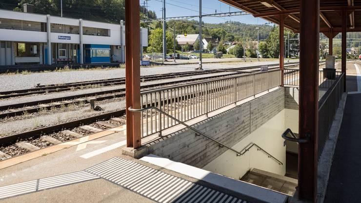 Zum Perron in Rekingen führt nur eine Treppe. Eine Rampe für Rollstuhlfahrer fehlt. Dennoch wollen die SBB den Bahnhof nicht umbauen.