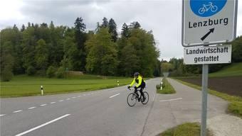 Der Veloweg (Sicht Richtung Lenzburg) wird von der rechten auf die linke Strassenseite verlegt.sga
