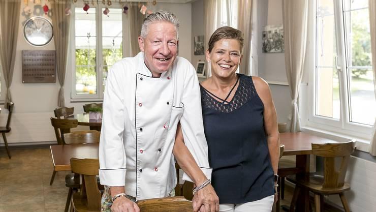 Sind beruflich und privat ein Paar: Küchenchef Daniel Zurkinden und Wirtin Tamara Richner im «Leue»-Saal.