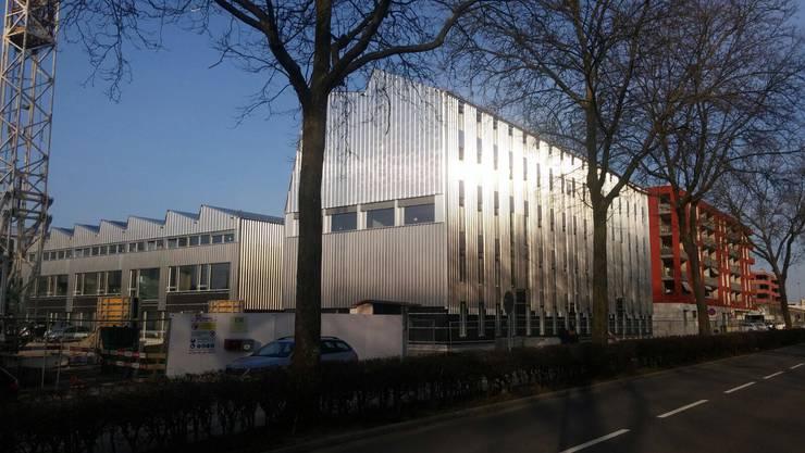 Diese Schulhaus-Fassade gab bei der parlamentarischen Fragestunde zu Reden.