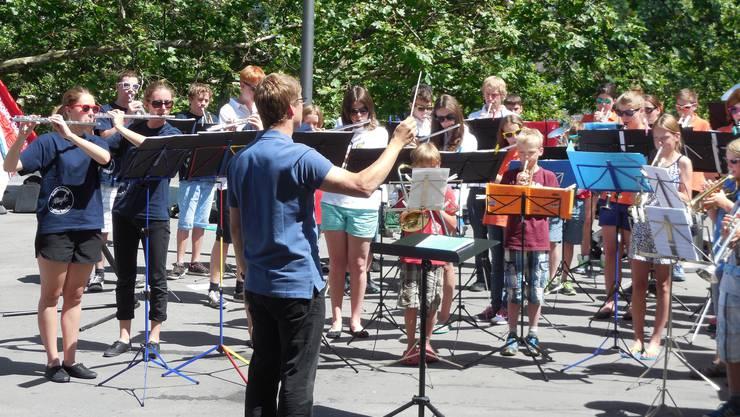 Die Jugendmusik Allegro Region Baden und die befreundete Jugendmusik Davos spielen gemeinsam auf dem Bahnhofplatz Baden