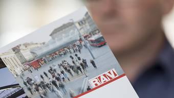 Ein Arbeitsloser studiert einen Prospekt des RAV. Künftig sollen ältere Arbeitslose nicht mehr in der Sozialhilfe landen, wenn sie keine neue Stelle finden. Sie sollen eine Überbrückungsrente erhalten. (Symbolbild)