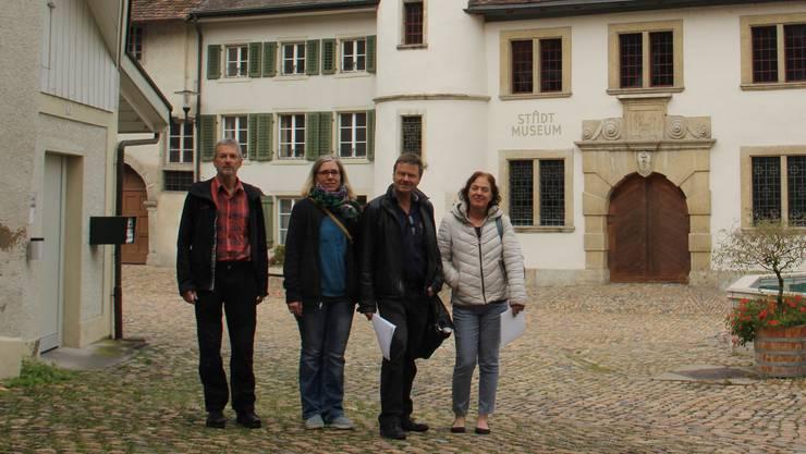 Sie stehen da, wo die Linde gepflanzt wird (v. l.): Konrad Zehnder und Nicole Zaugg (beide QVA); Landschaftsarchitekt Felix Naef und Vizeammann Andrea Metzler.