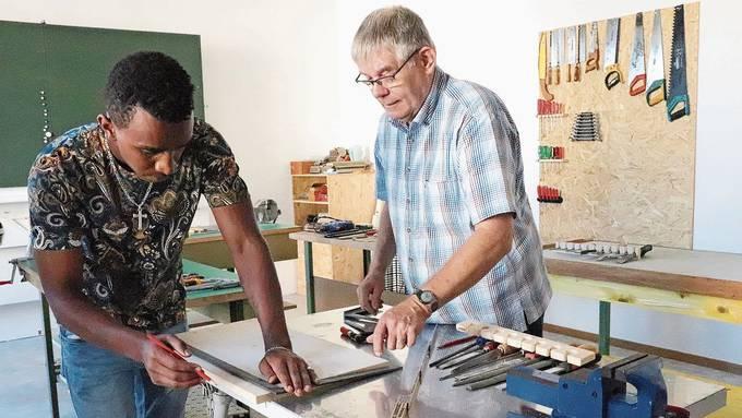 Samuel Weldehannes (links) wird in der Werkstatt vom Freiwilligen Benno Vogler gecoacht.