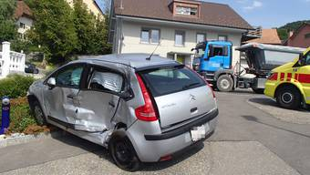 Ungewollt rollte das Auto vorwärts und kollidierte dabei mit einem Lastwagen.