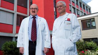 Prof. Dr. Hanspeter Killer, Leitender Arzt der Augenklinik (links) und Gastroenterologe Dr. Jürg Knuchel, Leitender Arzt und Vizepräsident der neuen Kaderärztevereinigung. (Bild: Emanuel Freudiger)