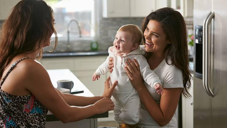 Mutter zeigt ihr Baby