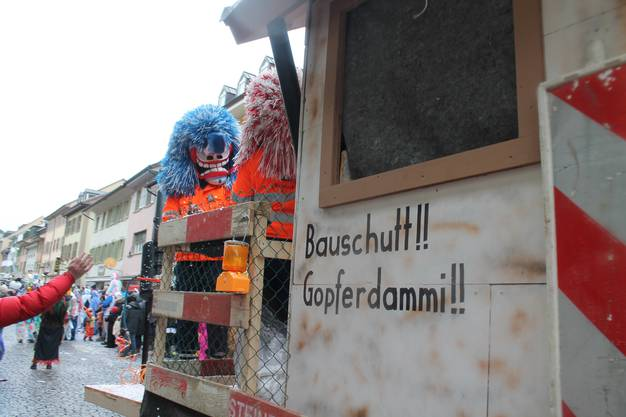 Die Helvetier-Waggis machten sich über den Brislacher Bauschutt-Sünder lustig.