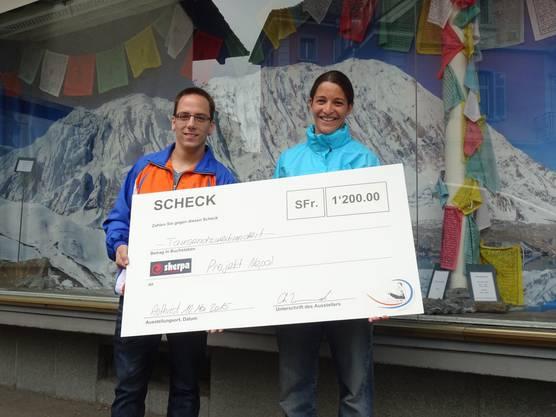 Der Scheck wurde im Sherpa-Outlet in Muri AG übergeben