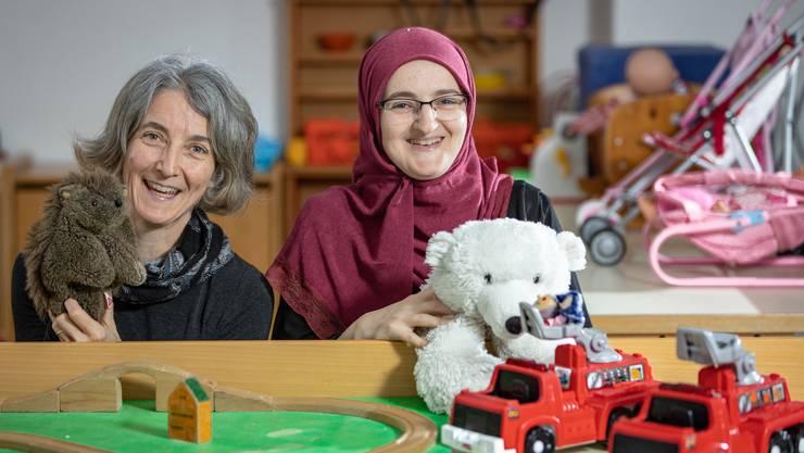 Geben Kindern aus schwierigen Verhältnissen mehr Zuwendung: Angela Piller und Ermina Arnautovic (von links) betreuen in der Spielgruppe Plus in Dietikon insgesamt 60 Kinder.
