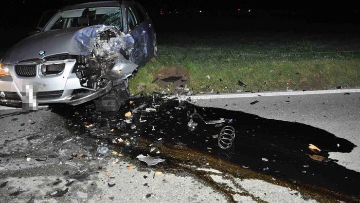 Der Unfallverursacher und die Insassen des entgegenkommenden Autos mussten mit Ambulanzfahrzeugen ins Spital gebracht werden.