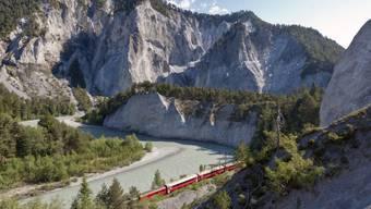Wegen Hochwassers war die RhB-Strecke Chur-Disentis am Dienstagabend unterbrochen - im Bild ein Zug der Rhätischen Bahn (RhB) in der Rheinschlucht. (Archivbild)