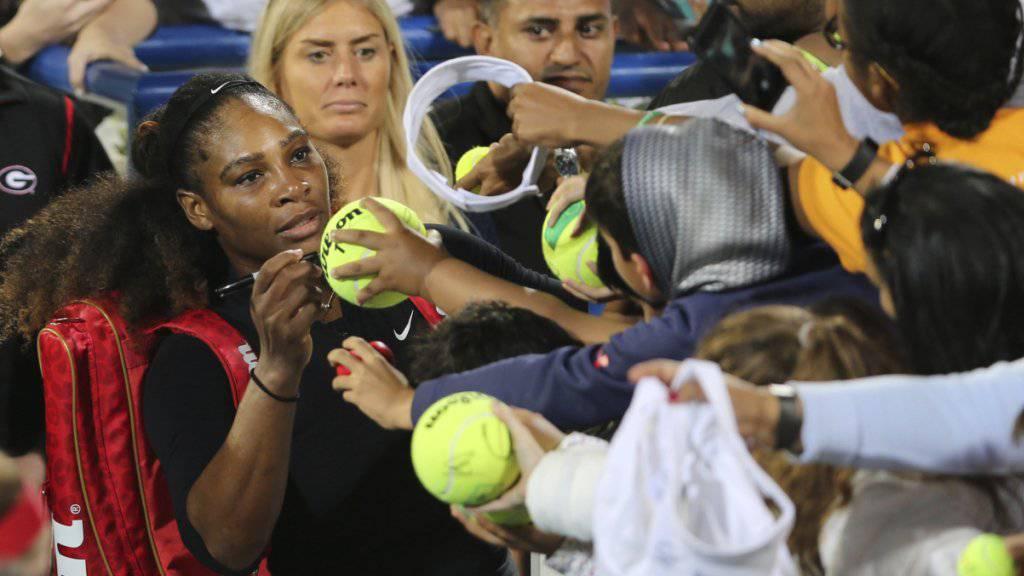 Die Autogramme von Mama Serena Williams sind beim Comeback gefragt.