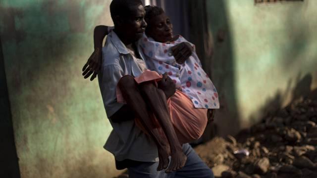 Eine an Cholera erkrankte Frau auf Haiti wird ins Spital gebracht (Archiv)