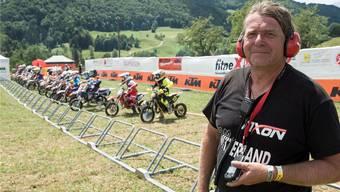 Rennleiter Stephan Vetter bereitet den Start am internationalen Motocross in Mümliswil vor.