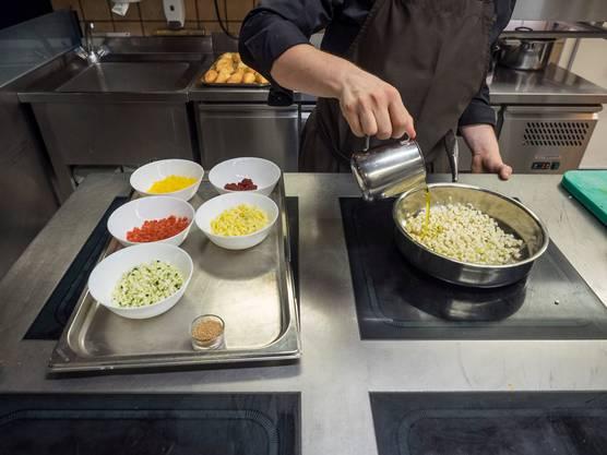 Besucher des Spezialtisches können Lleshi direkt beim Kochen zusehen.
