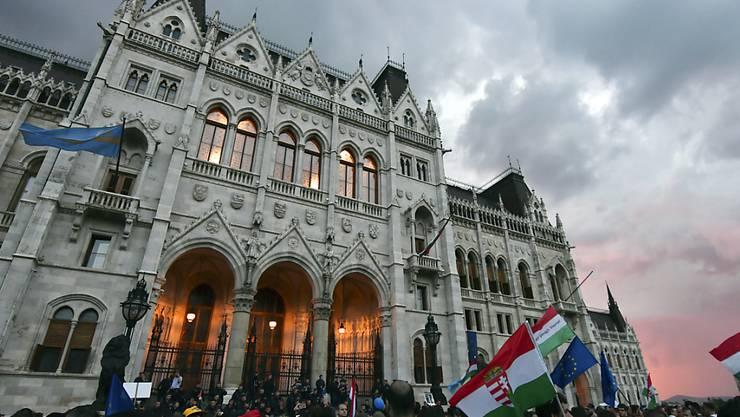 Tausende protestieren am Dienstag vor dem ungarischen Parlamentsgebäude, während sich drinnen die Abgeordneten zu ihrer ersten Sitzung treffen.