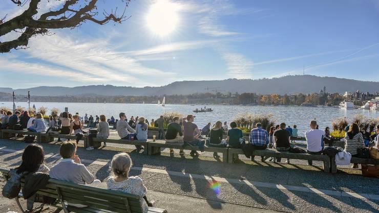 Spaziergänger sonnen sich am Zürichsee