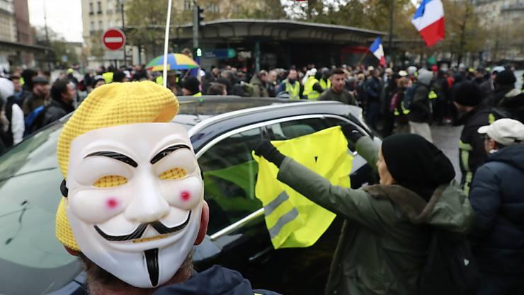 """Wie hier an der Porte de Champeret in Paris haben sich in französischen Städten """"Gelbwesten"""" versammelt, um den Jahrestag der """"Gelbwesten""""-Proteste zu begehen."""