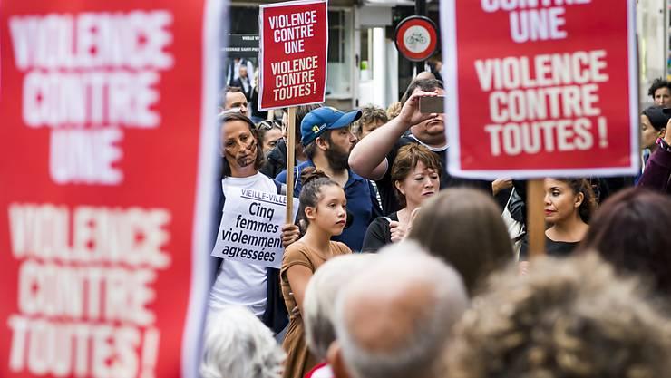 Einen Tag nach dem Angriff auf fünf junge Frauen vor einem Nachtlokal in Genf protestierten am 9. August 2018 in den Strassen von Genf Dutzende gegen Gewalt an jeder einzelnen Frau und Gewalt gegen alle Menschen. Am Dienstag begann in Thonon-les-Bains (F) der Prozess gegen die mutmasslichen Täter.