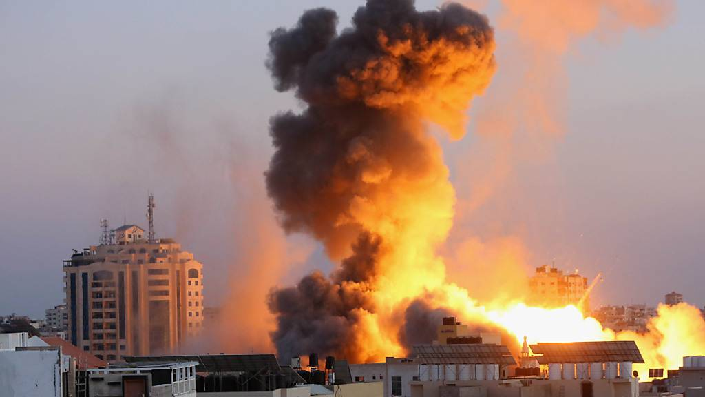 Rauchschwaden steigen nach einem israelischen Luftangriff auf Gaza-Stadt in den Himmel. Foto: Ashraf Amra/APA Images via ZUMA Wire/dpa