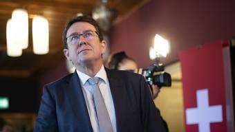 Nationalrat und SVP-Parteipräsident Albert Rösti verfolgt die Hochrechnungen.